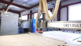Falegnameria di vista che scolpisce il carrello della fabbrica della mobilia delle macchine archivi video