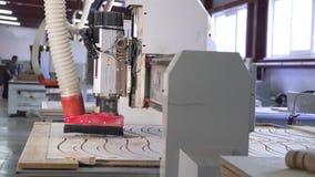 Falegnameria di vista che scolpisce la fabbrica della mobilia delle macchine archivi video