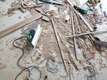 Falegnameria, mobilia che funziona con gli strumenti del carpentiere fotografia stock