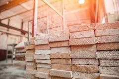 Falegnameria, officina della segheria per produzione ed elaborazione del legno, legname, plance fotografie stock