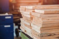 Falegnameria, officina della segheria per produzione ed elaborazione del legno, legname, plance immagine stock
