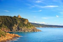 Faleza budynek na morzu na zmierzchu i skała Quercianella, Tusc Fotografia Stock