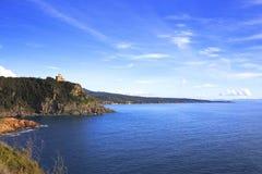 Faleza budynek na morzu na zmierzchu i skała Quercianella, Tusc Obraz Stock