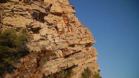 Faleza od żółtego kamienia na jaskrawym dniu na seashore zdjęcie wideo