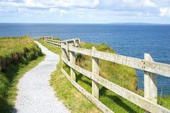 Faleza spacer na dzikim atlantyckim sposobie w ballybunion Zdjęcie Stock