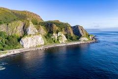 Falezy i droga na grobli Nabrzeżna trasa, Północna - Ireland, UK Fotografia Royalty Free
