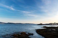 Falezy i mała latarnia morska w Pontevedra, Hiszpania Zdjęcie Royalty Free