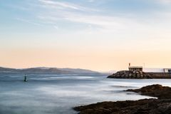 Falezy i mała latarnia morska w Pontevedra, Hiszpania Obrazy Royalty Free