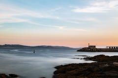 Falezy i mała latarnia morska w Pontevedra, Hiszpania Zdjęcie Stock