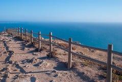 Falezy i ogrodzenie przy zmierzchem przegląda od Cabo da Roca w Sintra, Roca przylądku - Zdjęcia Royalty Free