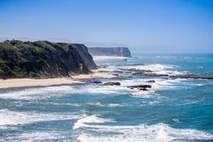 Falezy i piaskowata plaża na Pacyficznego oceanu linii brzegowej Zdjęcia Royalty Free