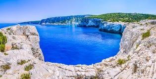Falezy linia brzegowa z piaskiem kołysa blisko Alaties plaży, Kefalonia, Ionian wyspy, Grecja Fotografia Royalty Free