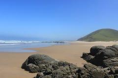 Falezy na piasek plaży, afrykanina krajobraz w wschodnim przylądku, południowy Africa, dziki wybrzeże, lubungula Fotografia Royalty Free