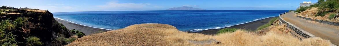 Falezy nad nabrzeżem przegapia czarnego piasek wyrzucać na brzeg Obrazy Stock