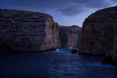 Falezy w wyspie Gozo przy półmrokiem Zima, Malta Fotografia Stock