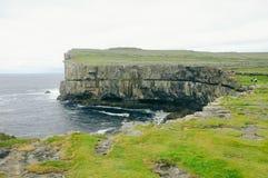 Falezy wybrzeże na Irlandzkich Aran wyspach zdjęcia royalty free