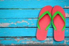 Falhanço de aleta vermelho e verde na madeira azul Fotos de Stock Royalty Free