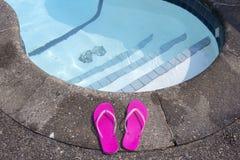 Falhanços de aleta no lado da piscina privada Fotos de Stock