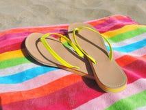 Falhanços de aletas em uma toalha de praia listrada Fotografia de Stock