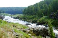 Falhas no rio Iset de Ural Rio tormentoso do outono Imagem de Stock