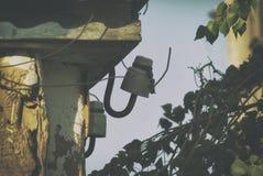 Falho elétrico Isolador com fios cortados da fonte de alimentação de uma casa privada fotografia de stock royalty free