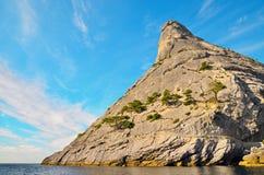 Falhou o vulcão, a montanha rochosa na costa do Mar Negro, Crimeia, Novy Svet Foto de Stock Royalty Free