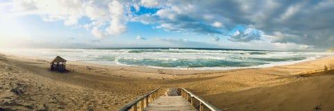 Falista morze śródziemnomorskie panorama na zmierzchu czasie w Skikda Algieria zdjęcia stock