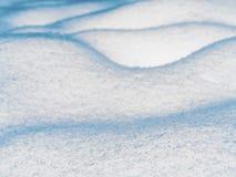 Falisty śnieg powierzchni tło, trudna ziemia zakrywająca spadać Obraz Stock