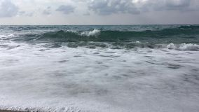 Falisty morze śródziemnomorskie na ponurym dniu, Turcja zdjęcie wideo