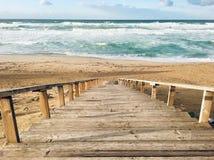 Falisty morze śródziemnomorskie z schodkami na zmierzchu czasie w Skikda Algieria zdjęcie stock