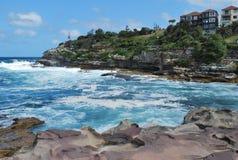Falisty ocean i skalista linia brzegowa blisko sławnego Sydney Bondi Wyrzucać na brzeg Zdjęcie Stock