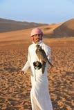 Falkenerare och falk i öken Arkivbilder