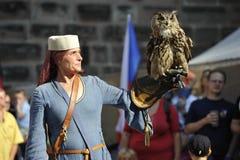 Falkenerare på den medeltida festivalen, Nuremberg 2013 Royaltyfri Fotografi