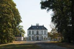 Falkenlust宫殿Falkenlust宫殿是在Brà ¼百升,北莱茵-威斯特伐利亚州的一个历史大厦区 免版税库存照片