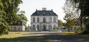 Falkenlust宫殿Falkenlust宫殿是在Brà ¼百升,北莱茵-威斯特伐利亚州的一个历史大厦区 免版税库存图片