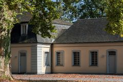 Falkenlust宫殿Falkenlust宫殿是在Brà ¼百升,北莱茵-威斯特伐利亚州的一个历史大厦区 库存照片