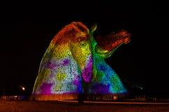 FALKIRK, ESCOCIA - 18 de abril de 2014 los Kelpies están iluminados como parte del evento del lanzamiento Imágenes de archivo libres de regalías