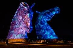 FALKIRK, ESCOCIA - 18 de abril de 2014 los Kelpies están iluminados como parte del evento del lanzamiento Imagen de archivo