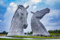 FALKIRK SKOTTLAND - SEPTEMBER 10, 2017: Kelpiesna är 30 meter-höga häst-huvud skulpturer som presenterar kelpies som står i arkivfoto