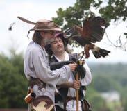 Falknereidemonstration mit zwei Männern und Falken Stockfotografie