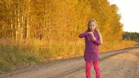Fall épico con las burbujas de jabón que soplan en la muchacha caucásica joven outdoors Burbujas del soplo del canto de la muchac metrajes