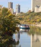 Fall/autumn-Farben der Baumstadt des Bootes versenden Königin Edmonton Stockfotografie
