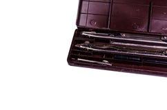 Fall av teckningsinstrument som isoleras p? vit arkivfoton