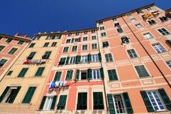 Fall colorate di Camogli, Italien Letipiche lizenzfreies stockbild