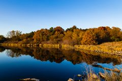 Free Fall Colors In A Park With Reflections In The Lake In Omaha Nebraska Stock Photos - 129759993