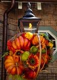 Fall-Dekoration auf rustikaler Lampe stockbild