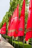 Fall der roten Fahnen auf der Straße Stockbilder