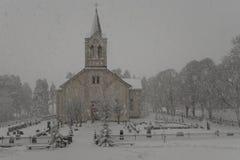Fall der starken Schneefälle über eine weiße Kirche in Schweden Lizenzfreies Stockfoto