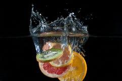 Fall der tropischen Früchte Unterwasser Lizenzfreies Stockfoto