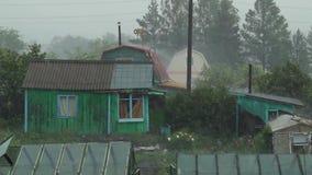 Fall des starken Regens am Dorf stock footage
